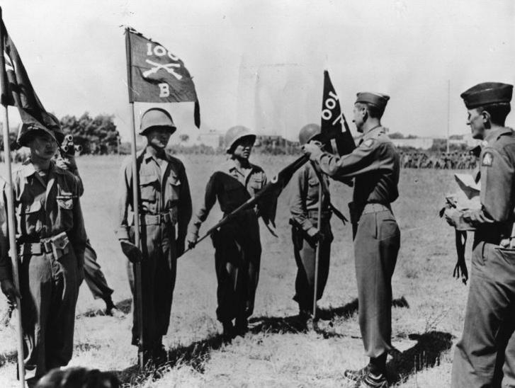 Az elnöki említést jelző szalagot tűzik fel a 100. zászlóalj zászlajára