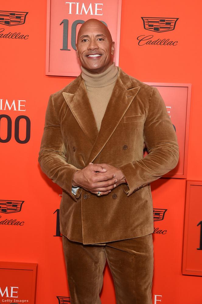 Dwayne Johnson, akinek a sikerben határ a csillagos égegy totál barna öltöny-nadrágot vett fel, kicsit egy medvére hasonlított