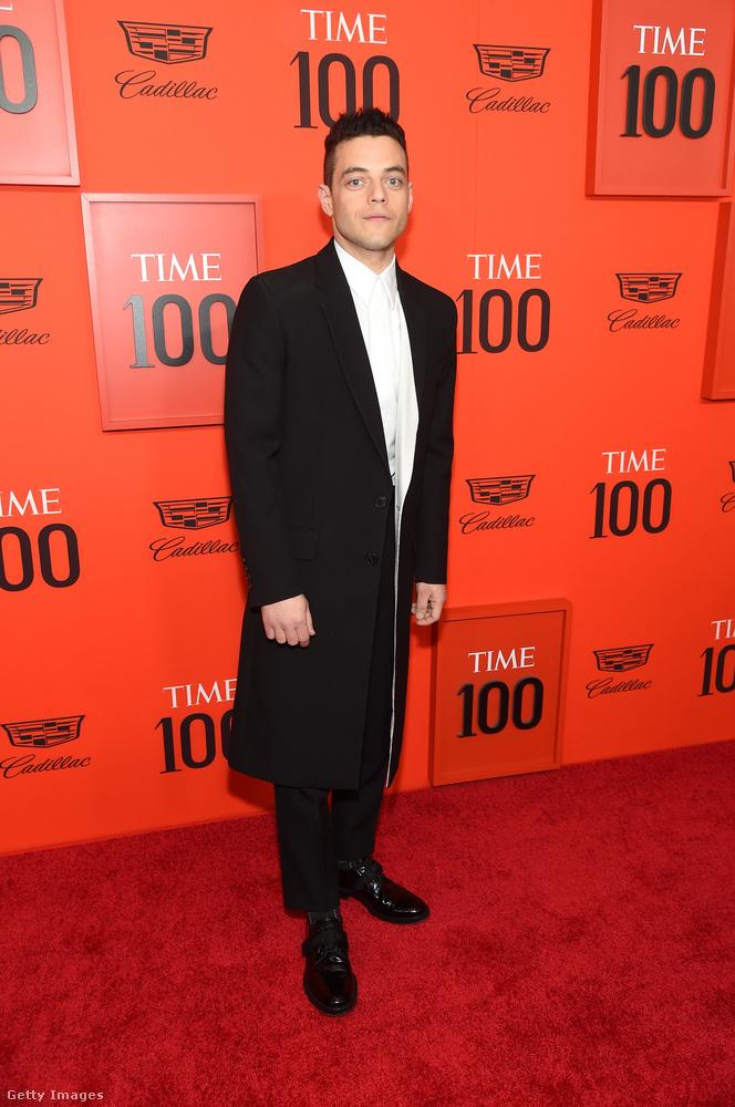 Végül pedig hosszított öltönyében (vagy kabátjában) itt van Rami Malek is, akit a Queen film tett befolyásossá.Róla barátja, Robert Downey Jr