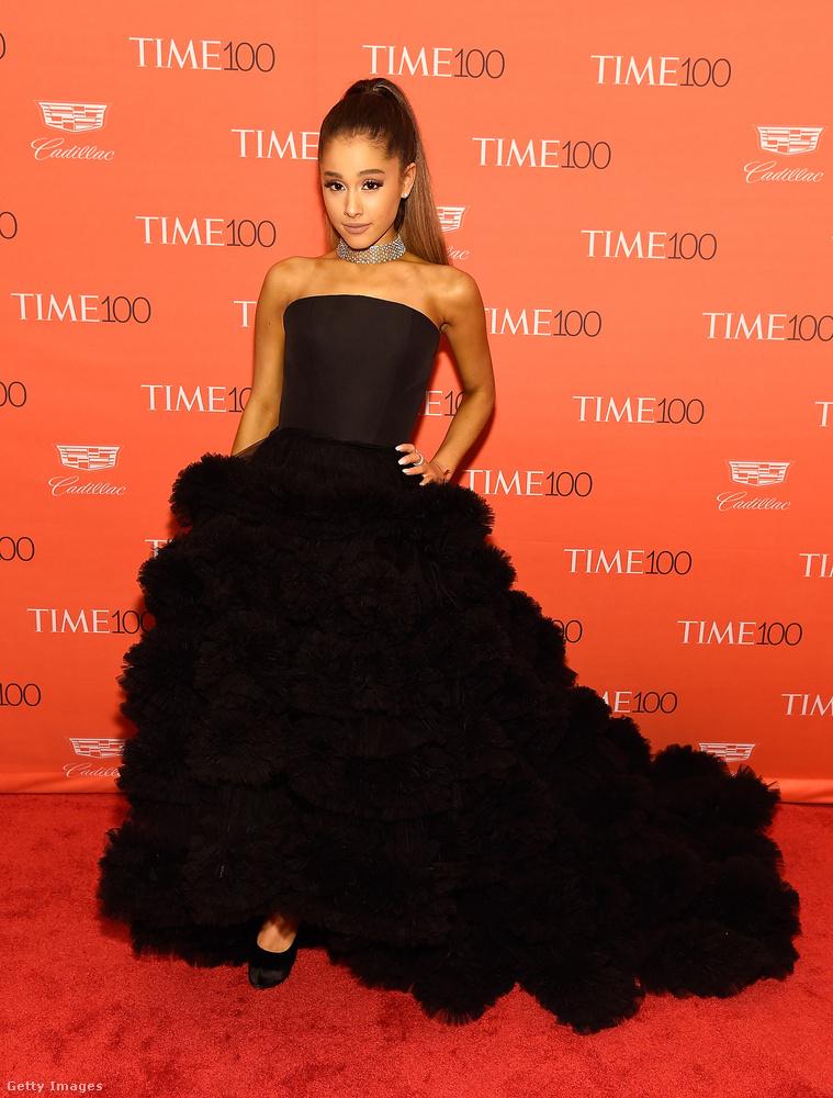 Ariana Grande egy uszályos óriás feketeségben vonult be