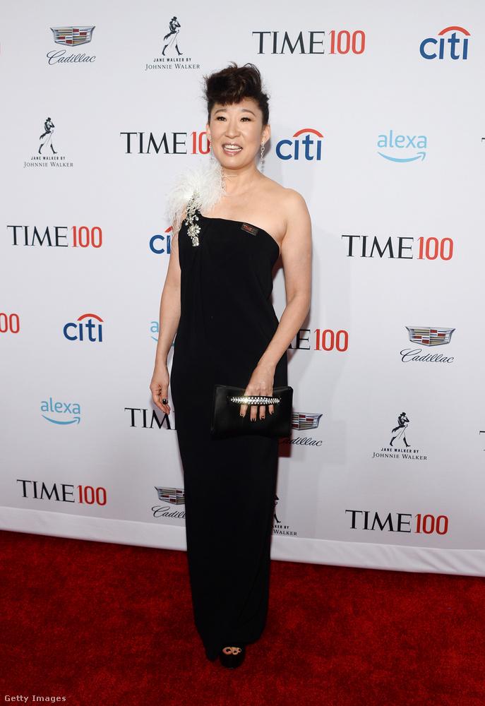 Sandra Oh, akinek sikerült nem a vörös háttér elé beállnia egyszerű feketében érkezett, kis tollakkal.