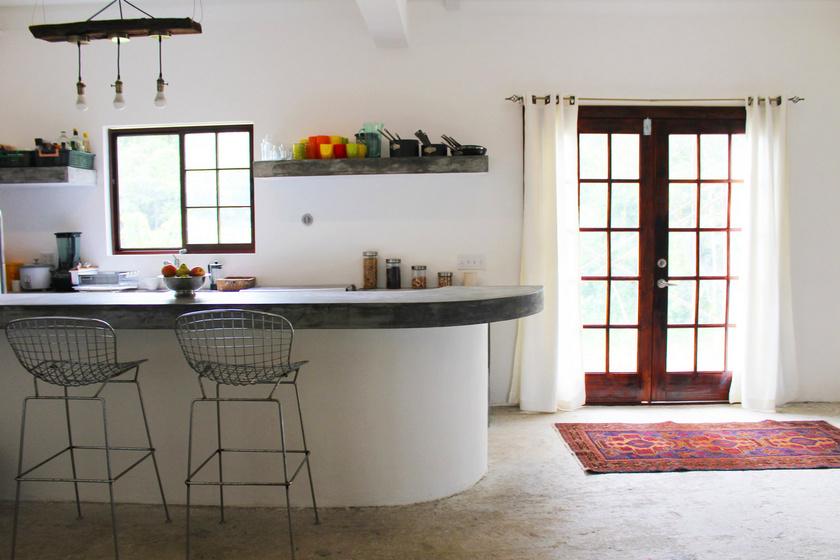 Átlagos háznak tűnik, pedig tégla helyett valami sokkal olcsóbbat használtak az építkezésnél