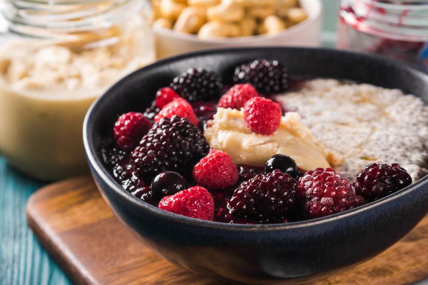 Ha a hagyományos verzió helyett kesuitallal készíted el a chiapudingot, megspórolod a tej kalóriáinak a felét. A kesuital elkészítéséhez mindössze egy csésze kesudióra és két-három csésze vízre van szükséged - ezeket turmixold össze, majd szűrd át sűrű szövésű anyagon, és készen is van. Feltétnek használj idénygyümölcsöket, hogy még több vitamin kerüljön a fogásba.