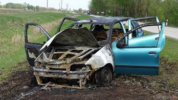 Időben kiugrottak a füstölő Fiatból Tiszakécskén, az autó teljesen kiégett