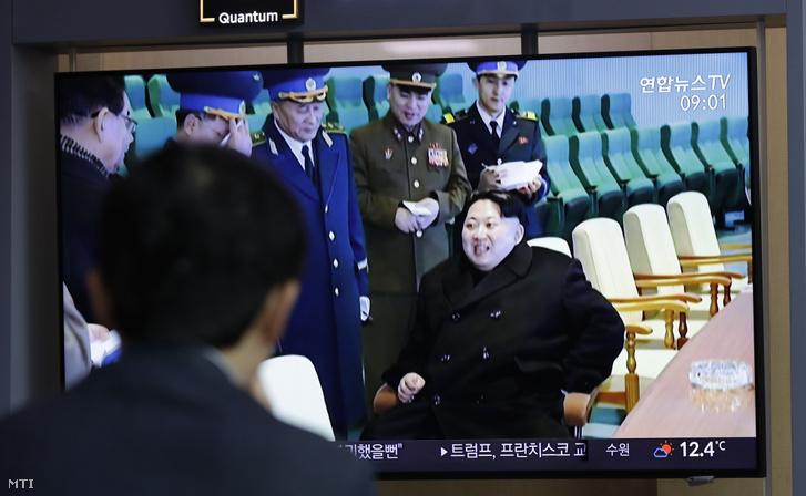 Kim Dzsong Un észak-koreai vezetõrõl szóló híradást nézik emberek a szöuli fõpályaudvaron 2019. április 18-án. A KCNA észak-koreai hírügynökség szerint Phenjan új típusú taktikai fegyvert tesztelt Kim Dzsong Un személyes irányításával. Ez az elsõ nyilvános rakétakísérlet azóta hogy február végén Hanoiban tartott találkozójukon Donald Trump amerikai elnök nem jutott megállapodásra Kim Dzsong Unnal sem a nukleáris leszerelésrõl sem a Phenjan elleni szankciók kérdésérõl.