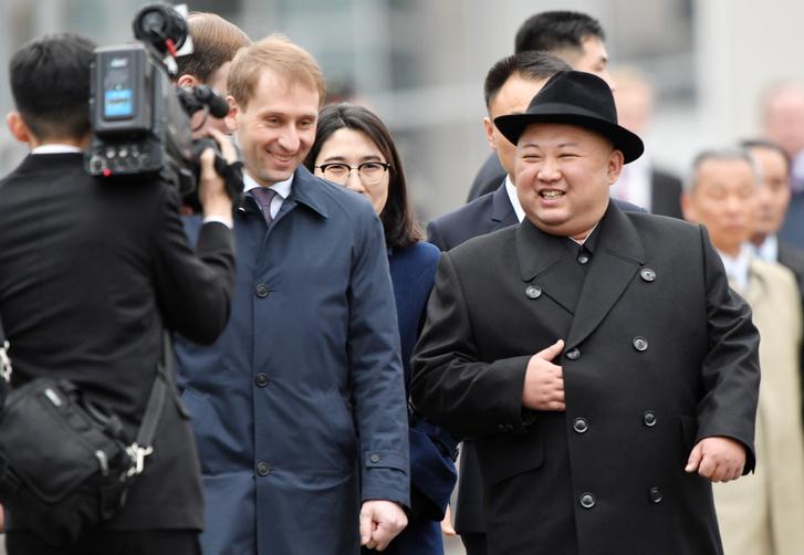 Kim Dzsong Un észak-koreai vezetőt (j) fogadja Alekszandr Kozlov, a Távol-Kelet és a sarkvidék fejlesztéséért felelős miniszter Vlagyivosztokban 2019. április 24-én.