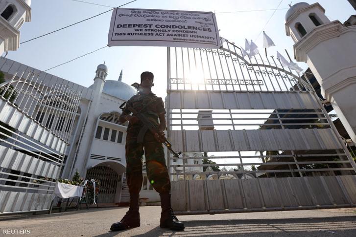 A templomokat és mecseteket fegyveres katonák őrzik
