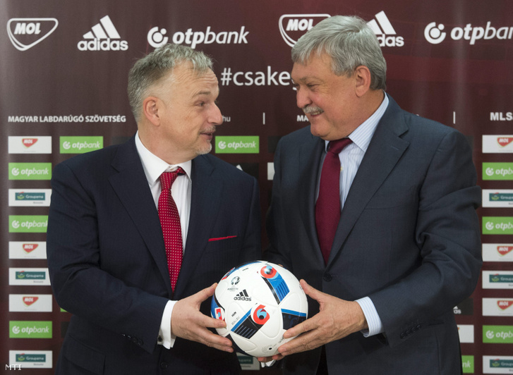 Hernádi Zsolt a Mol-csoport elnök-vezérigazgatója és Csányi Sándor a Magyar Labdarúgó Szövetség (MLSZ) elnöke, az OTP Bank elnök-vezérigazgatója közös sajtótájékoztatójukon 2016. január 13-án. A Mol a társasági nyereségadón (TAO) keresztül 2 milliárd forinttal segíti a magyar labdarúgást ebből az összegből folytatódhat az utánpótlás és az infrastruktúra fejlesztése. A cég ezen kívül 285 millió forint szabadon felhasználható támogatást nyújt az MLSZ-nek.