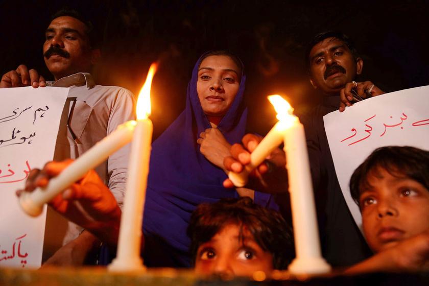 Gyászolók égő gyertyákkal emlékeznek a Srí Lanka-i merényletek áldozataira a pakisztáni Karacsiban.
