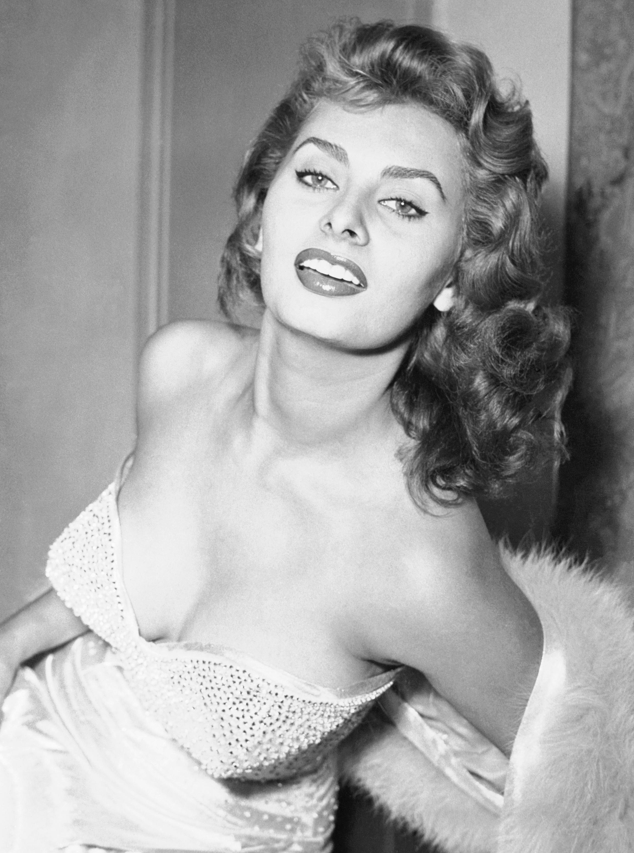 A kilencedik helyet Sophia Loren érdemelte ki a szavazók szerint. A színésznő már 16 évesen több filmben is szerepelt, és, bár a netezők fiatalabb kori külseje alapján voksoltak,ma, 86 évesen is igazi, gyönyörű díva.