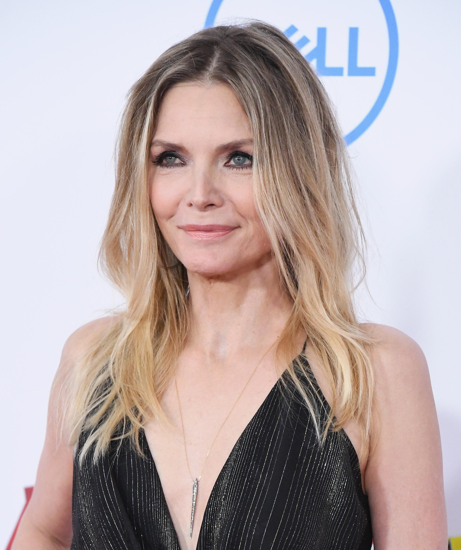 Őt követi a sorban Michelle Pfeiffer. A színésznő 22 évesen kapott először filmszerepet, és azóta is folyamatosan újabb mozikban láthatja a világ. Most, hatvanévesen is igazi szépség.