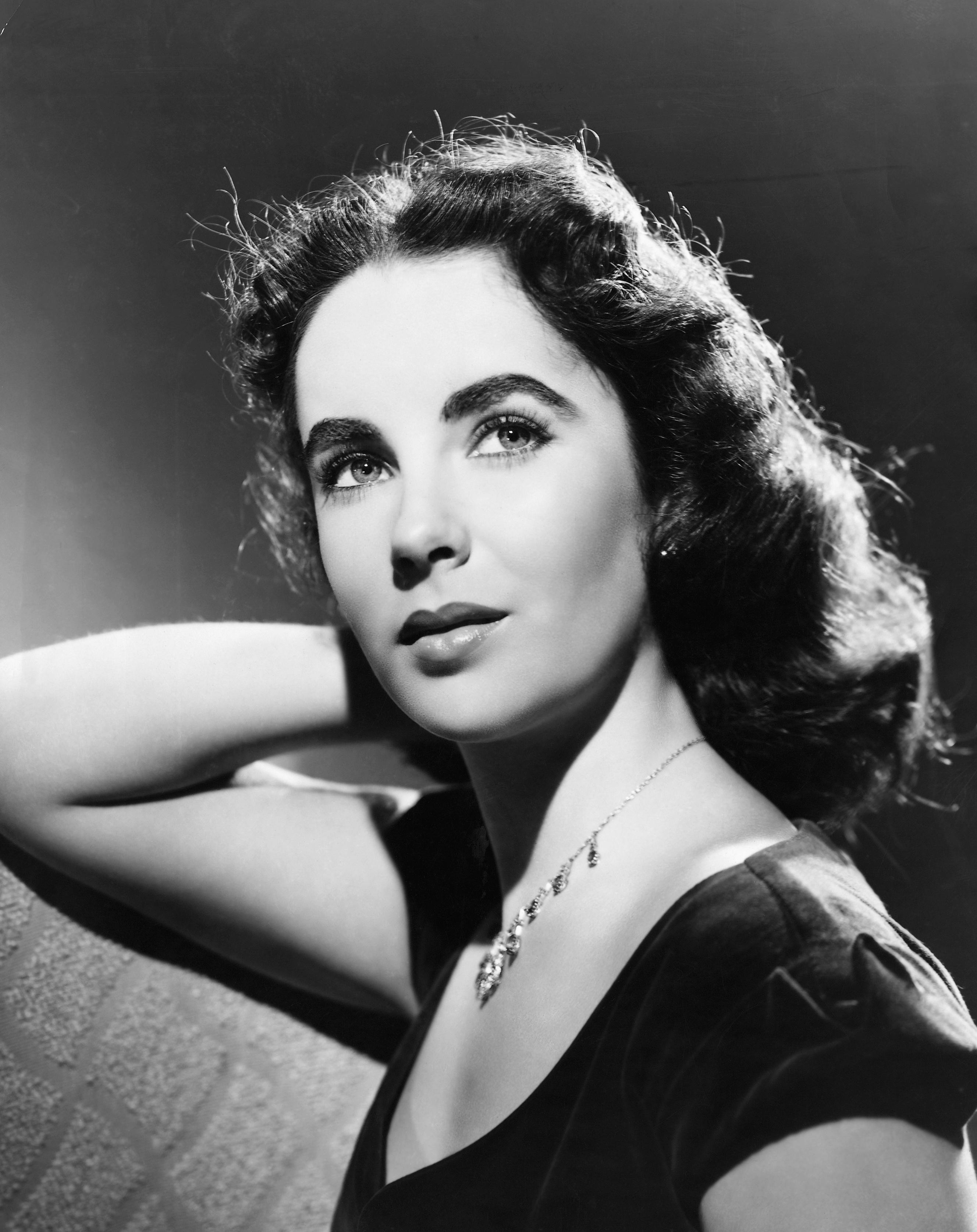 A listán a harmadik a lélegzetelállítóan szép Elizabeth Taylor lett, aki még hetven felett is igazi díva volt. 2011-ben, 79 évesen hunyt el, de kétségkívül az elmúlt száz év legszebb női közé tartozik.