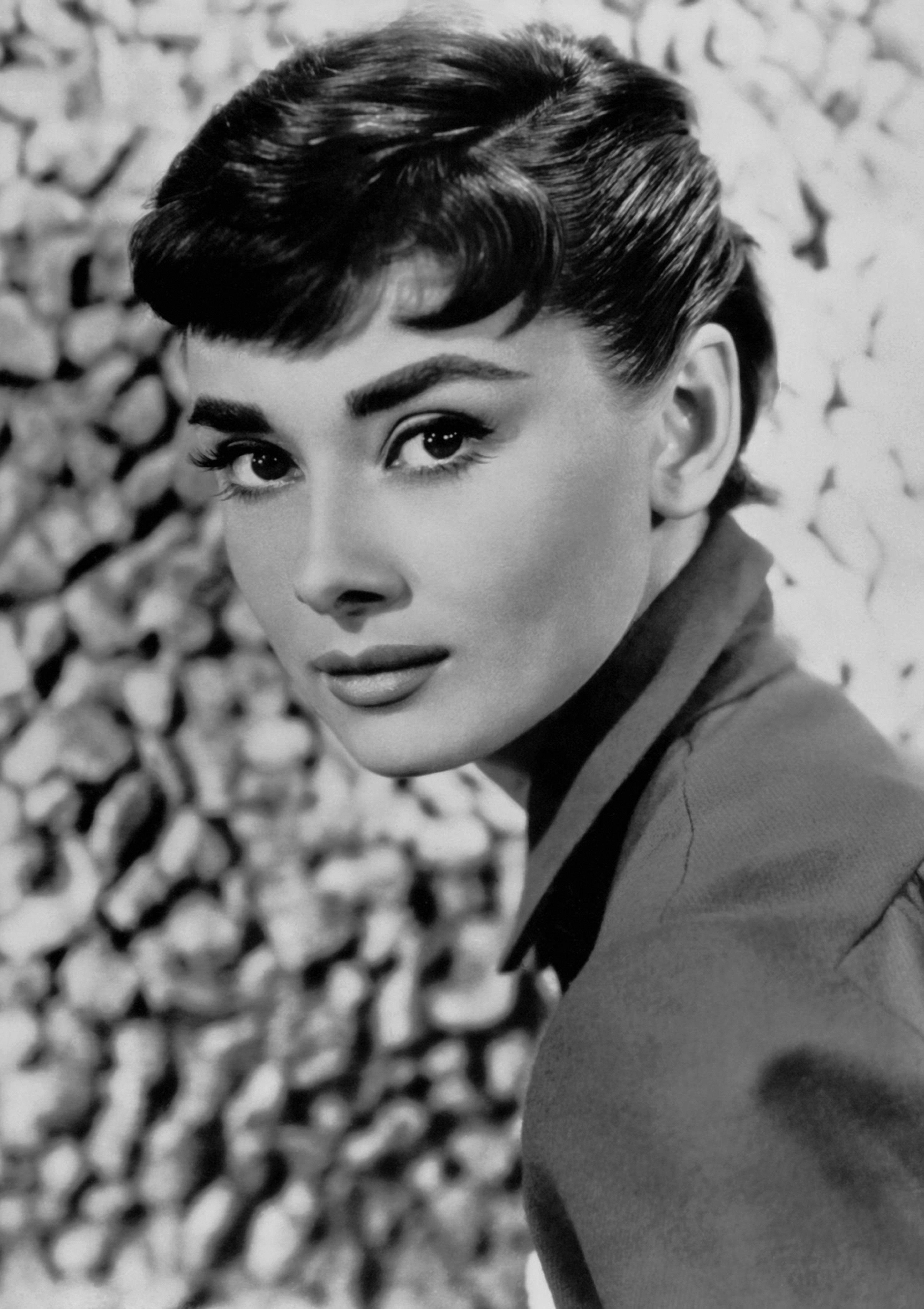 Audrey Hepburn kislányos bájával és elegáns, kifinomult stílusával varázsolt el mindenkit. Nemcsak sikeres színésznő volt, hanem igazi divatikon is egészen 1993-as haláláig.