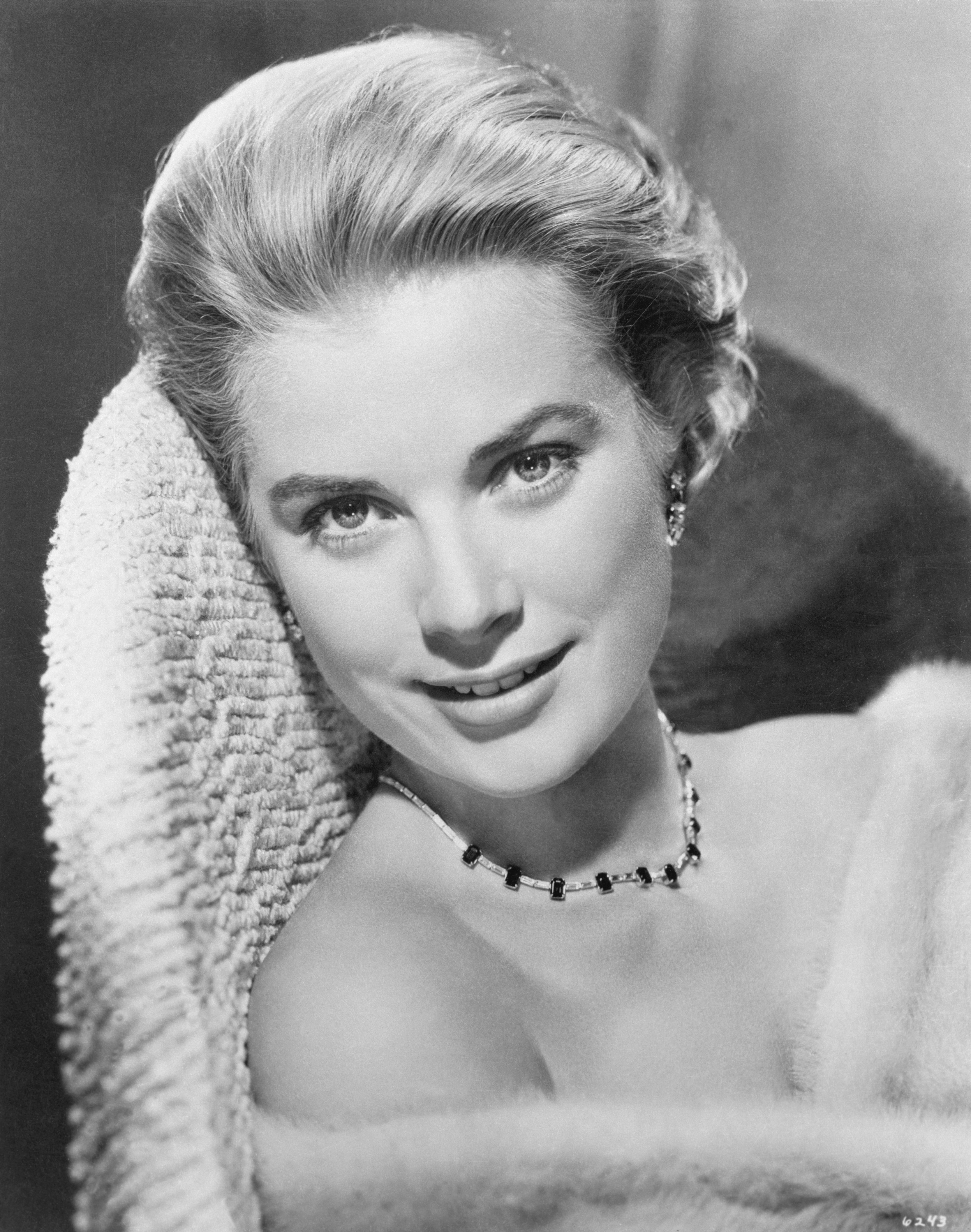 A dobogó első fokára Grace Kelly került, akit először színésznőként ismert meg a világ, de később lemondott karrierjéről, amikor hozzáment III. Rainier monacói herceghez. Mindig is gyönyörű és elegáns volt.