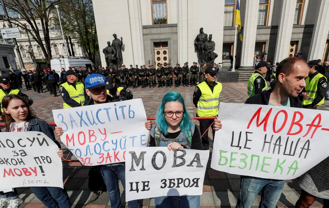 Az ukrán nyelvtörvény megszavazását követelő aktivisták a parlament előtt 2019. április 25-én