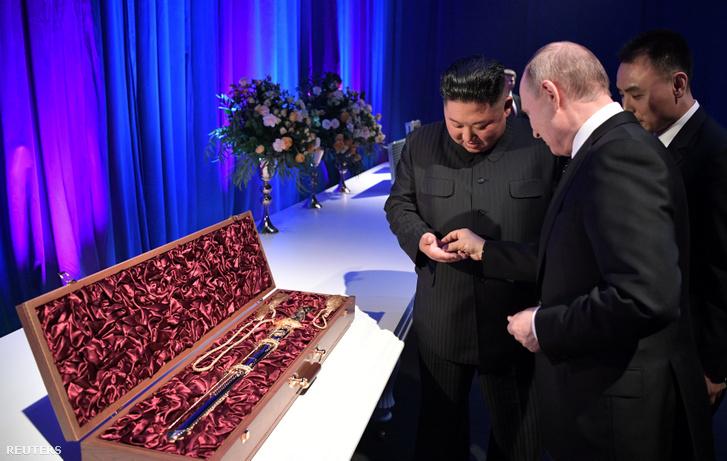 Vlagyimir Putyin ajándékba adott Kim Dzsongunnak egy érmét és egy kardot a vlagyivosztoki találkozójuk után 2019. április 25-én