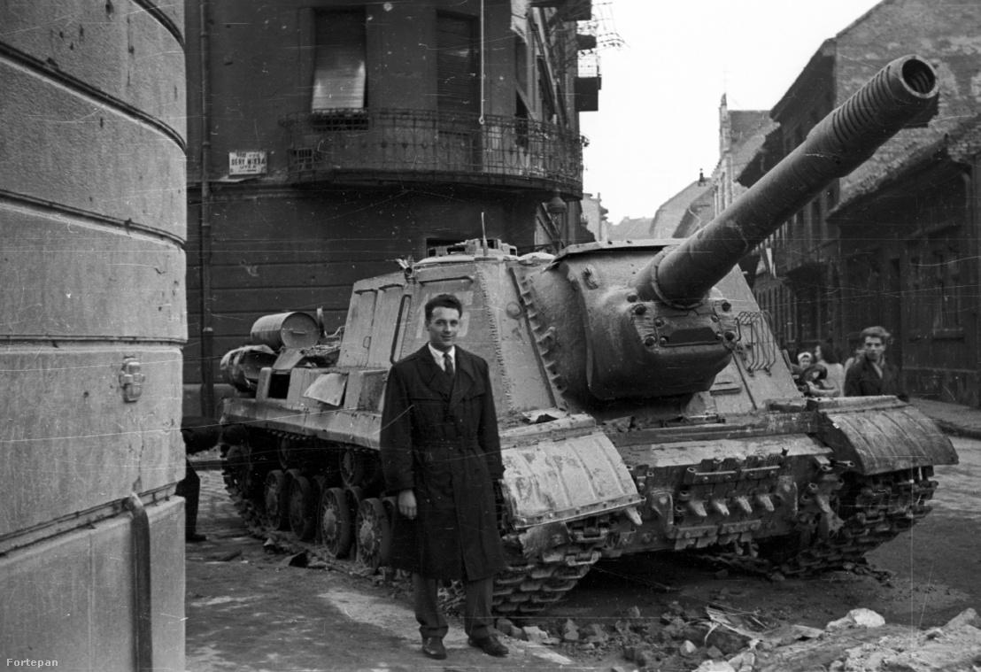Harcképtelenné tett ISU-152-es szovjet rohamlöveggel pózol valaki a Fecske (Lévai Oszkár) utca és a Déri Miksa utcai kereszteződésnél 1956-ban