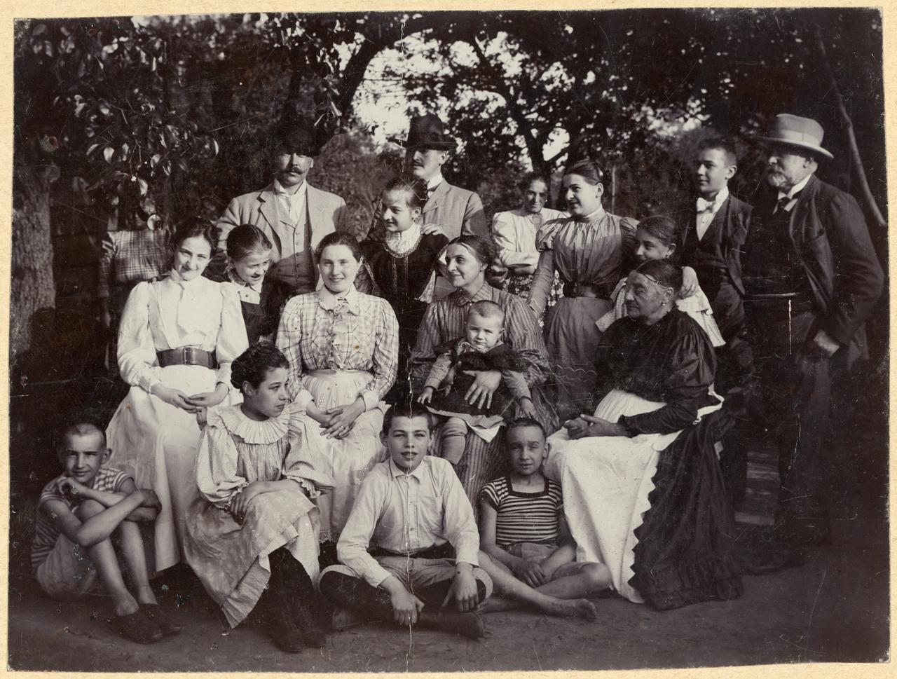 Csáth Géza családjával. Csáth bal oldalt a földön ül, Kosztolányi Dezső jobbra az álló sor végén látható, fehér nyakkendőben, 1900