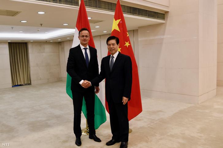 A Külgazdasági és Külügyminisztérium (KKM) által közreadott képen Szijjártó Péter külgazdasági és külügyminiszter (b) és Csung San kínai kereskedelmi miniszter találkozója Pekingben 2019. április 25-én.