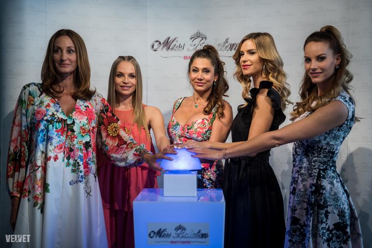 De íme a legnagyobb nevek együtt, ők nyomták meg A Gombot, amitől megnyílt a jelentkezési lehetőség a Miss Balaton 2019-re: Epres Panni, Iszak Eszter, Horváth Éva, Dukai Regina és Lipcsei Betta, a Miss Balaton főszervezője