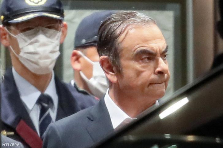 A Japánban pénzügyi visszaélésekkel vádolt Carlos Ghosn, a Nissan járműgyártó cég leváltott elnöke távozik a Tokiói Fogvatartói Központból 2019. április 25-én