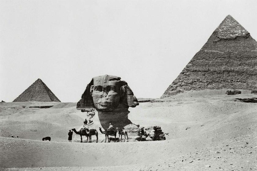 Egy, a szfinx teljes kiásása előtt készült kép.