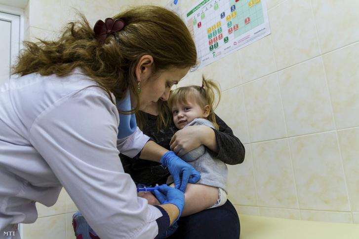 Egy kislány kanyaró elleni védőoltást kap az egyik háziorvosi rendelőben a kárpátaljai Ungváron 2018. február 1-jén.