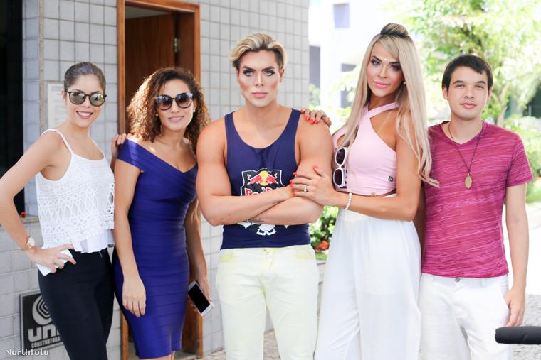 Itt barátaival látható, és persze ki mással, mint Barbie-val! Ha Ken baba akarsz lenni, a legjobb kiegészítő.