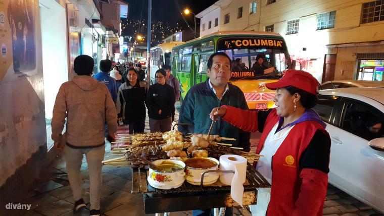 A grillezett nyársonsülteket kínáló utcai árusok hozzátartoznak a perui városok hangulatához