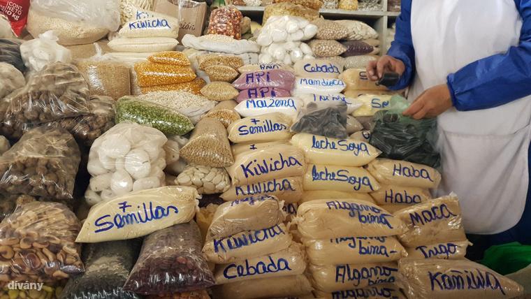 Amarántmag, kinoa, búzadara, kukoricadara, babfélék – a piacokon külön standja van a gabonaőrleményeknek, a burgonyából vagy kukoricából készült rágcsálnivalóknak, de a kávé- és csokoládékülönlegességeknek is