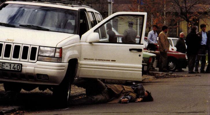Prisztás József holtteste a III. kerületi Ladik u. 5. előtt. A férfit november 1-jén 11 órakor egy pisztolylövéssel ölték meg. Forrás: Reform, 1996. november 12. / Arcanum adatbázis