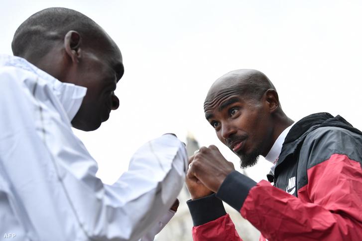 Eliud Kipchoge és Mo Farah bokszoló módjára pózol a 2019-es London Marathon sajtótájékoztatóján