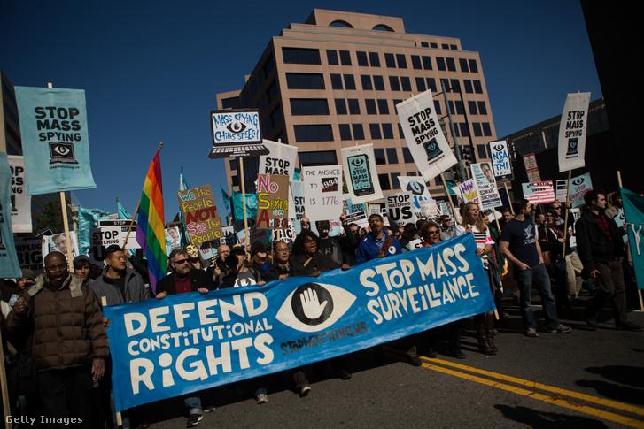 Tüntetők az NSA-botrány kirobbanásakor, 2013 októberében, Washingtonban