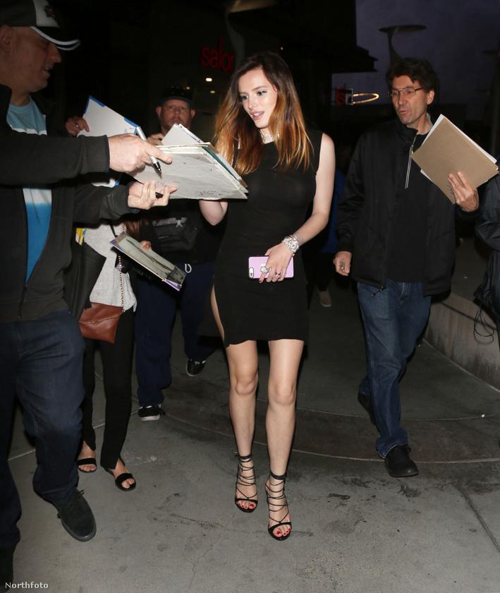 A színésznő megállt autogramot osztogatni a rajongóknak.