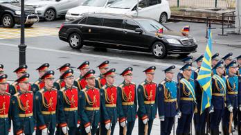 A német autógyár magyarázkodik, hogy kerültek Kim Dzsongunhoz a luxuskocsik