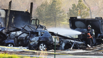 Egy kamion hajtott a dugóban rekedt autókba, a tűzben egy felüljáró is megrongálódott