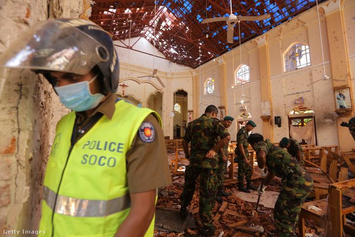 A rendőrség átvizsgálja a robbantás egyik helyszínét a Srí Lanka-i fővároshoz közeli Negombo felrobbantott templomában