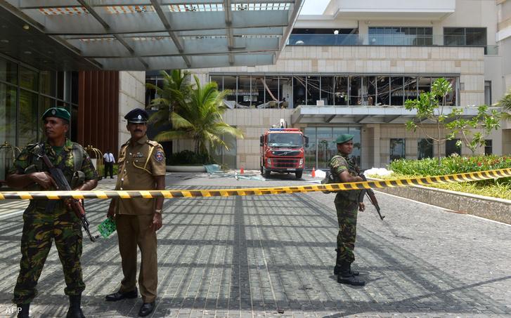 Rendőrök a Shangri-La luxusszállodában történt robbantás helyszínén