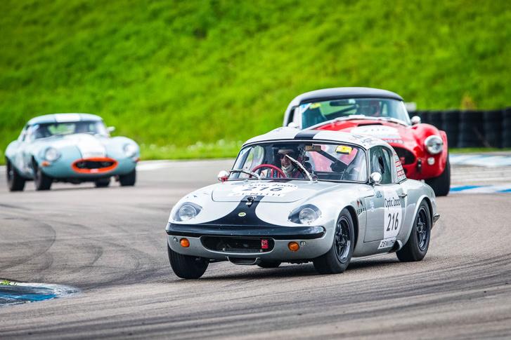 Lotus vezeti fel a Cobrát és a rövidorrú Jag E-Type-ot