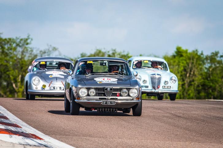 Hah, a tesó megy elöl, mögötte a Lancia Aurelia B20 és a Porsche 356