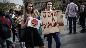 Tüntetők: Orbán Viktor szeptember elsejéig tegyen le egy középfokú nyelvvizsgát