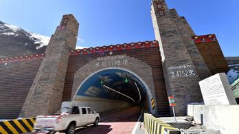 Átadták a világ legmagasabban lévő autópálya-alagútját