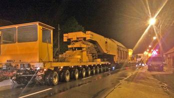 Egy kamion húzta, egy pedig tolta éjszaka a hatalmas transzformátorszörnyet