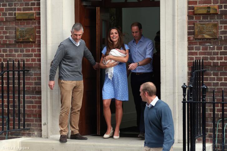 Katalin hercegnő és Vilmos herceg az első gyermekük születése után pár órával 2013. július 23-án.