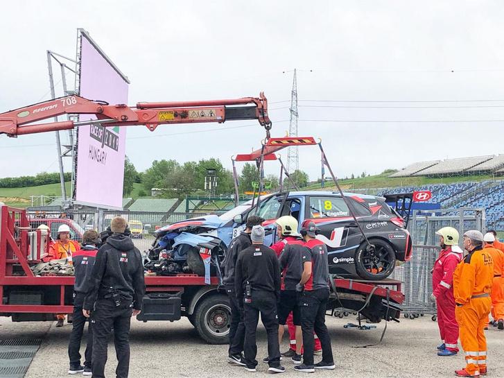 Engstler összetört autója a baleset után