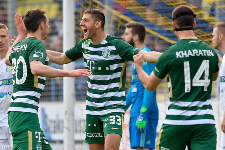 A ferencvárosi gólszerző Lasha Dvali (k) valamint csapattársai Ihor Haratyin (j) és Mikalai Sihnevich (b) a labdarúgó OTP Bank Liga 28. fordulójában játszott Mezőkövesd Zsóry FC - Ferencváros mérkőzésen a mezőkövesdi városi stadionban 2019. április 13-án.
