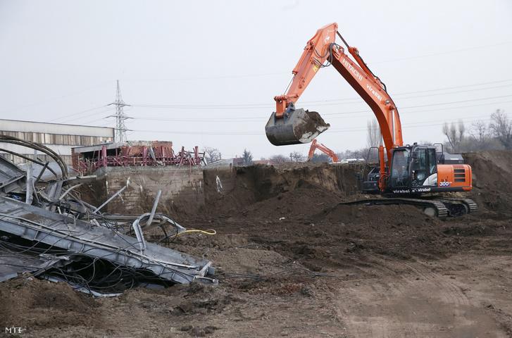 Munkagép a kispesti Bozsik József Stadion bontásán 2019. március 1-jén.