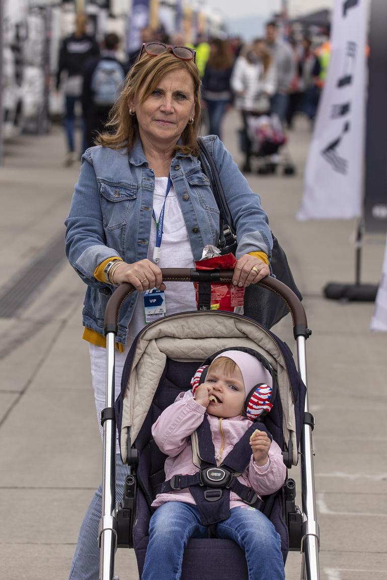 Családi kötelékek. A hétvégén Michelisz Norbi anyukája látja el a babysitteri feladatokat, a nagyobbik lány Mira már most fülvédő tokban szívja magába az üzemszagot