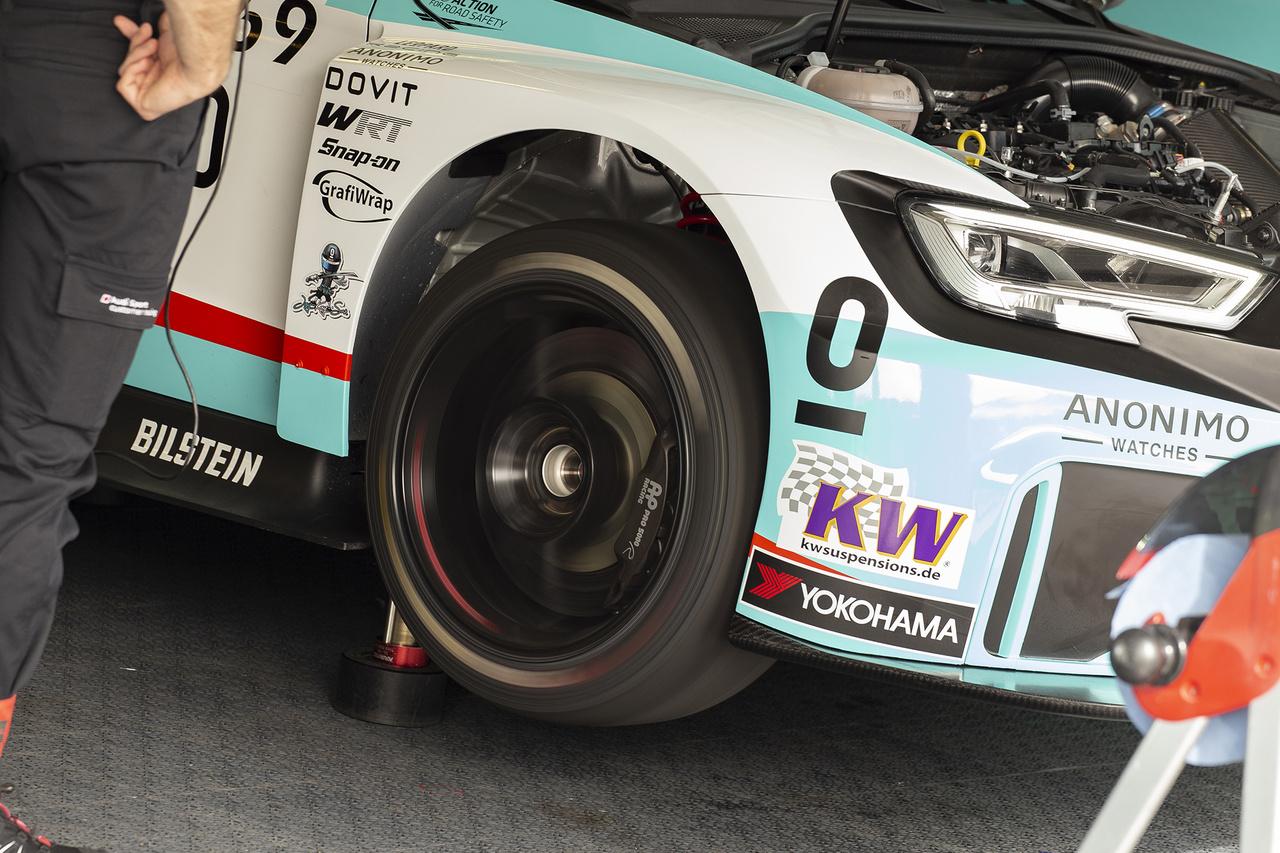 Ismét birtokba vették a túraautók a Hungaroringet, a gyorsasági OB szezonnyitó futama után a világkupáé a főszerep. Így néz ki egy finomhangolás WTCR-módra. Az utolsó simítások és beállítások a boxokban történnek az autókon, itt éppen az egyik megemelt Audi hajtásláncát tesztelik a mérnökök az időmérő edzés előtt