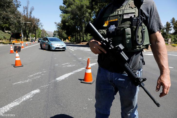 Rendőr a lövöldözés helyszínén, San Diegóban